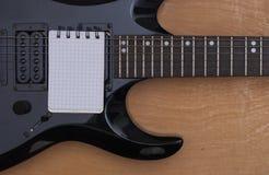 吉他和笔记本 免版税库存照片