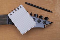 吉他和笔记本 库存照片