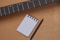 吉他和笔记本 图库摄影