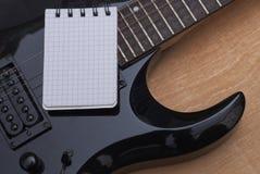 吉他和笔记本 免版税库存图片