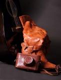 黑吉他和红色鞋子和照相机 免版税库存图片