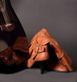 黑吉他和红色鞋子 免版税库存照片
