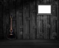 吉他和老木制框架 免版税库存照片