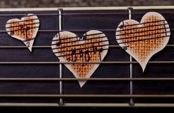 吉他和音乐会心脏 免版税库存图片