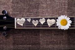 吉他和音乐会心脏 免版税库存照片