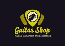 吉他商店商标 在琴拨形状的吉他 免版税库存图片
