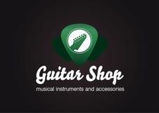 吉他商店商标 在绿色透明琴拨形状的吉他头 库存照片