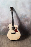 吉他在墙壁附近站立仿照难看的东西,音乐,音乐家,爱好,生活方式,爱好样式 库存图片