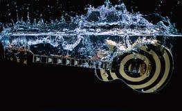 吉他在水中 库存照片