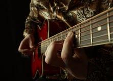 吉他弹奏者使用   图库摄影