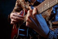 吉他弹奏者使用   免版税图库摄影