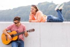 吉他弹奏者和他的冥想 免版税库存图片