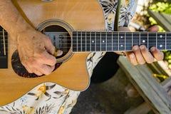 吉他弹奏者在探索公园 库存照片