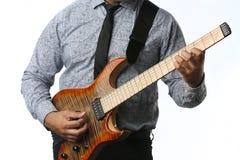 吉他弹奏者在演播室弹吉他,关闭  免版税库存照片