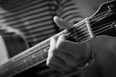吉他弹奏者的手关闭 免版税库存照片