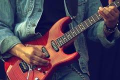 吉他弹奏者的手 库存照片