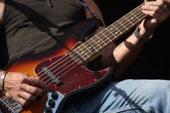 吉他弹奏者的手 库存图片