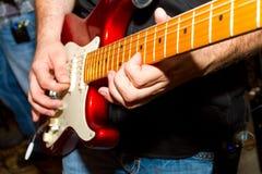 吉他弹奏者细节 库存照片