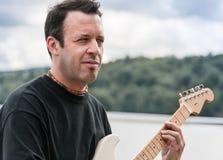 吉他弹奏者画象 库存照片