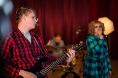 吉他弹奏者whith歌唱者 免版税库存照片