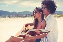 吉他海滩夫妇 库存图片