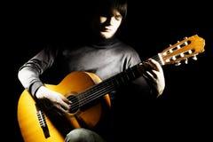吉他演奏员吉他弹奏者在黑暗中 库存图片