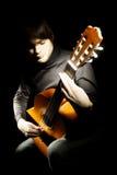 吉他演奏员吉他弹奏者在黑暗中 库存照片