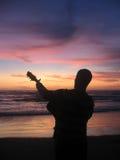 吉他演奏员和日落 图库摄影
