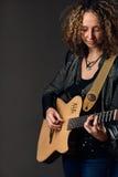 吉他演奏员妇女 库存照片