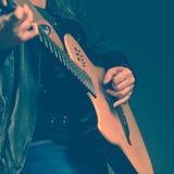 吉他演奏员的特写镜头 免版税库存图片