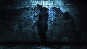 吉他演奏员的阴影对有落的残骸的难看的东西墙壁 股票录像