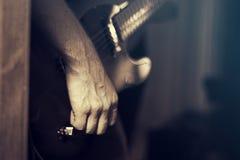 吉他用手 库存照片