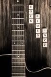 吉他细节和标志晃动在葡萄酒样式的蓝色爵士乐 库存照片