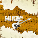 吉他音乐和街道画在砖墙上 免版税库存照片