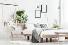 吊床和海报在卧室 免版税库存图片