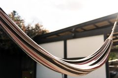 吊床在下午太阳的后院 图库摄影