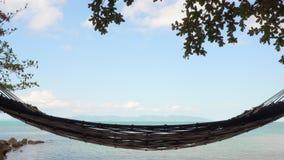 吊床垂悬在热带海岸 股票录像