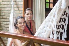 吊床的两名妇女 库存图片