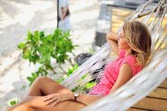 吊床的妇女享受假期的 免版税库存照片