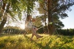 吊床的妇女在森林里 免版税库存图片