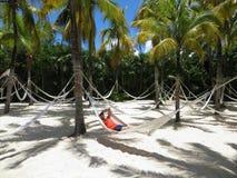 吊床的妇女在白色沙子-棕榈树-热带海滩 免版税图库摄影