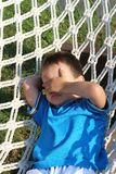 吊床的男孩 免版税库存图片