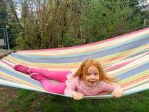吊床的红头发人女孩 免版税库存图片