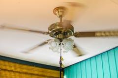 吊扇塑造与转动在天花板的电灯泡 库存照片