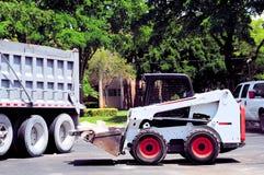 吊斗装运机装货卡车 免版税图库摄影