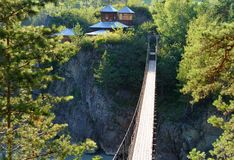 吊桥到拔摩岛海岛  Chemal,阿尔泰共和国,俄罗斯 免版税库存照片