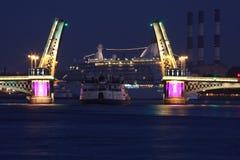 吊桥在圣彼德堡 免版税库存照片