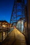 吊桥在夜之前 免版税库存照片