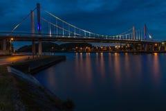 吊桥在Kanne,反对剧烈的平衡的天空的比利时在微明期间 免版税图库摄影