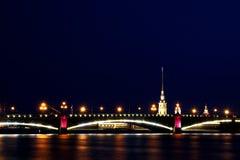 吊桥晚上彼得斯堡俄国st 免版税图库摄影